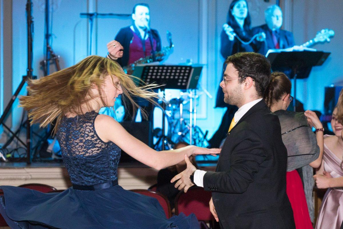 Tanzband Voices And Music, Hochzeitsband, Bewertungen, Liveband, Tanzmusik, Hochzeitsfeier, Walzer, Hit, Partystimmung, Tänzer, Weihnachtsfeier, Hochzeit, Faschingsball, Kundenmeinungen