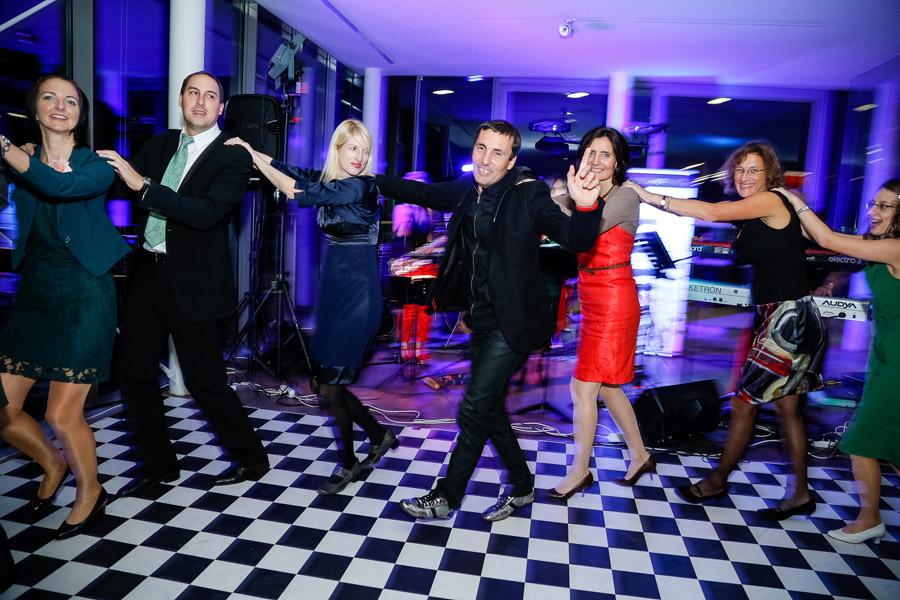 partyband, ausgelassene Tänzer, 5 Tänzerinnen, hochzeitsfeier, hochzeitsband voices and music mit sängerin,