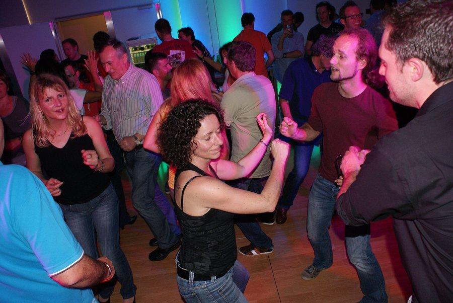 DJ-Musik, Liveband oder DJ ?, beste Partystimmung, Hochzeitsband Voices And Music, Coverband, Tänzerinnen, Tanzfläche, Hochzeit, Party, Firmenfeier, OÖ, Livemusik