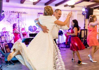 Hochzeitslocation Vedahof Mühlviertel mit Hochzeitsmusik Voices And Music, Braut tanzt