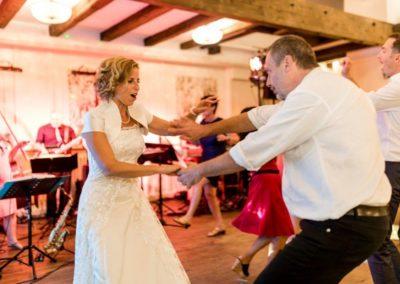 Partystimmung mit Hochzeitsband Voices And Music im Vedahof Gramastetten Mühlviertel, hübsche Braut, Tänzer