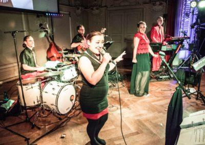 Ball der Kreuzschwestern Linz OÖ, Tanzmusik Voices And Music mit Sängerin und Saxofon