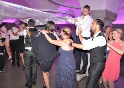 Hochzeitsfeier im Bräuhaus Freistadt, Tänzer bei Polonaise mit Partyband Voices And Music
