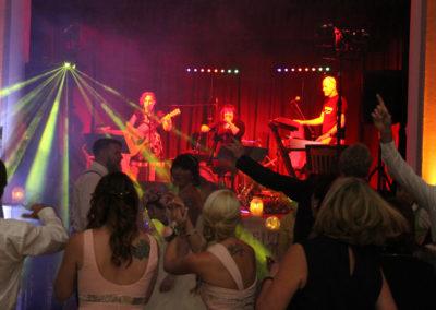 Partyband Voices And Music bei Hochzeitsfeier, Brautpaar Hochzeitsgäste tanzen