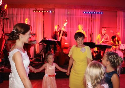 Braut mit Hochzeitsgäste, Tanzband Voices And Music