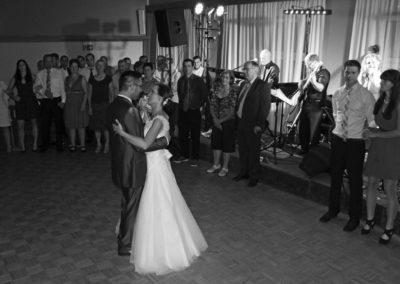 Eröffnungstanz mit Brautpaar, Voices And Music spielt Walzer