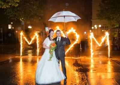 Feuerwerk Mitternacht bei Traumhochzeit der KRONE mit Hochzeitsband Voices And Music, Brautpaar mit Regenschirm