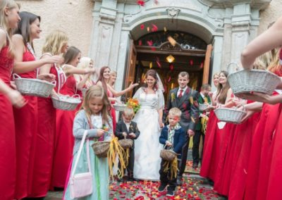 OÖ KRONE Traumhochzeit, mit Hochzeitsmusik Voices And Music in Kirche Bad Ischl, Salzkammergut, Brautpaar, Hochzeitsgäste, 12 junge Mädchen