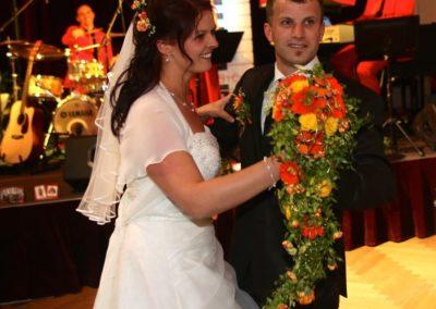 Krone Traumhochzeit, Brautpaar bei Eröffnungswalzer mit Tanzband Voices And Music, Trinkhalle Bad Ischl, Hochzeitsmusik, volle Tanzfläche,