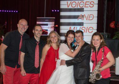 Hochzeitsband Voices And Music mit glücklichen Brautpaar bei KRONE Traumhochzeit