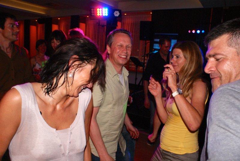 Tänzer band voices and music für Firmenfeier Tanzmusik Firmenfeier Event Tanzband Partyband oö Saxofon, Sängerin
