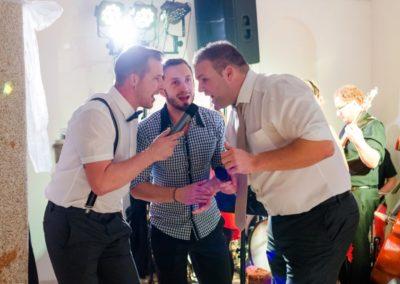 Hochzeitsparty mit Sänger und Hochzeitsgäste