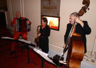 voicesandmusic_weihnachtsfeier mit Saxofon Akkordeon Kontrabass