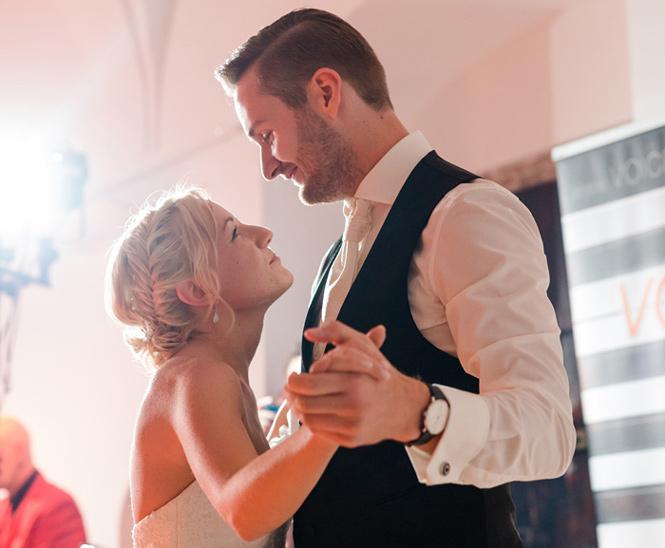Brautpaar bei Eröffnungstanz