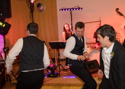 Hochzeitsgäste tanzen, musikband im Hintergrund