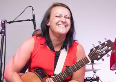 Helene Irauschek mit Gitarre