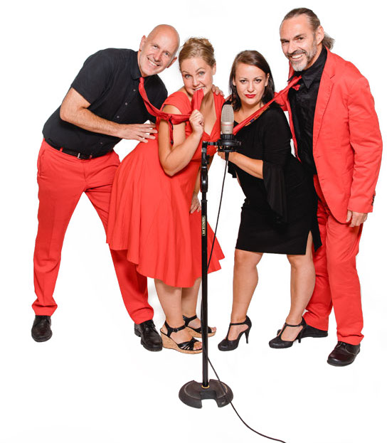2 musiker, 2 musikerinnen, mikrofon, roter Anzug, rotes Kleid, quartett