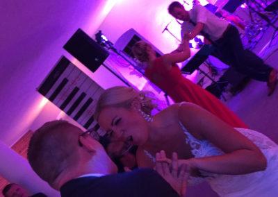 braut, volle Tanzfläche, Partymusik, Hochzeitsband Voices And Music, Hochzeit, Linz, Ansfelden, Hochzeitslocation, Tänzer, tanzband, Wedding location