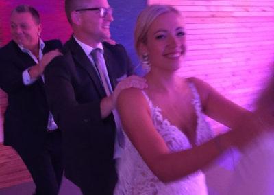 Braut, Brautpaar beim Schlangentanz, Hochzeitsband Voices And Music, volle Tanzfläche, Party, Hochzeitsfeiern