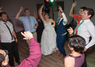 brautpaar mit Hochzeitsgästen, Hochzeitsband Voices And Music