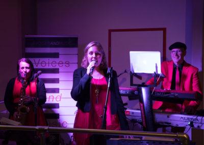 Trio mit Sängerinnen Saxofon Keyboard im ORF