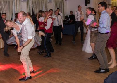 Weddingparty mit lustigen Tänzern