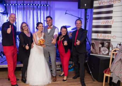 Glückliches Brautpaar mit Voices-And-Music-Weddingmusic