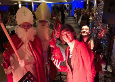 Weihnachtsmann und Sängerinnen