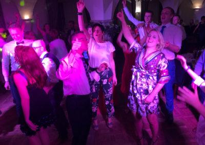 Partyband spielt auf lustiger Hochzeit.