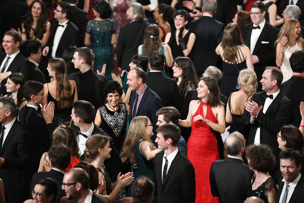 Frau im roten Kleid, viele Begeisterte Tänzer im Bruckner Haus Linz / OÖ