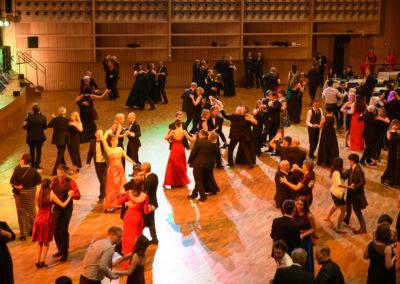 Ballsaal, Bruckner haus, viele taenzer, Tanzmusik, voices and music