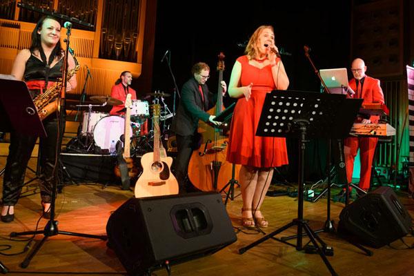Partystimmung saxofon, sängerin, oö hochzeitsband, voices and music, Hochzeitslocation, Salzburg, Niederösterreich, Bayern