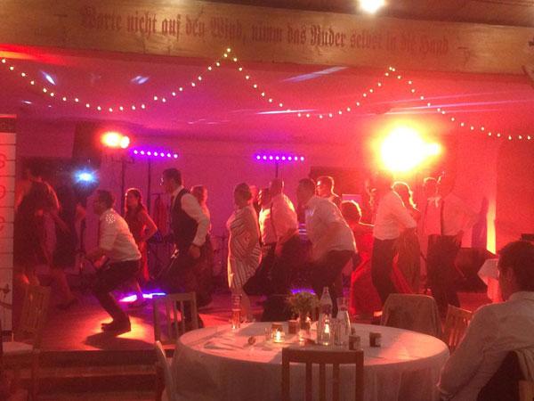 Hochzeitsgäste mit Partymusik, saxofon, Hochzeitsband Voices And Music, Hochzeitsmusik, Tanzband, DJ-Musik, Auftritt in Österreich, Coverband, OÖ