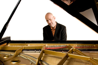 Christian Fürst mit Gesang am Klavier, Keyboard, Akkordeon, Lounge Musik, Hintergrundmusik, Swing, Pop, Rock, mit Tanzband Voices And Music, Akkordeonspieler