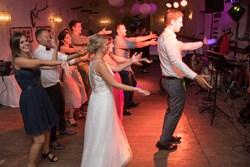 super Stimmung bei Hochzeit Hochzeitsband Voices And Music Taenzer Gunskirchen im Hausruck