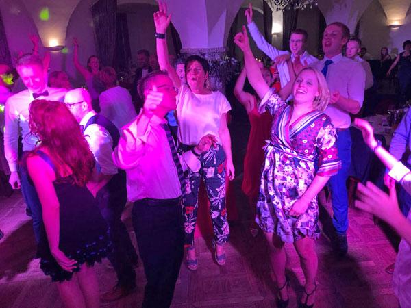 Partyband-Voices-And-Music_Taenzer_DJ. Hochzeitsgaeste, Hochzeitslocation, Muehlviertel, Traunviertel, Salzkammergut, Hausruckviertel