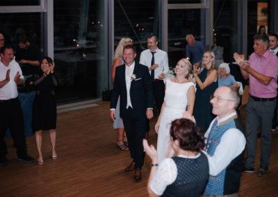 Applaus der Hochzeitsgäste nach Eröffnungstanz Voices And Music im Schloss Neupernstein