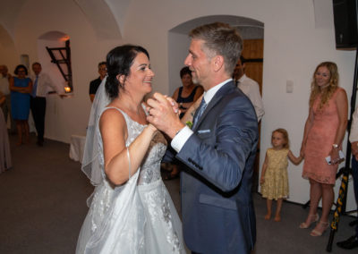 Hochzeitswalzer als Eröffnungstanz mit Brautpaar und Voices And Music
