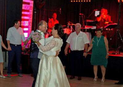Brautpaar beim Eröffnungstanz mit allen Hochzeitsgästen und Voices And Music