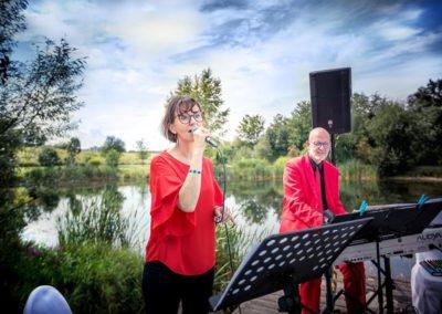 Hochzeitssängerin und Klavierspieler bei der Trauung / kirchlichen Segnung