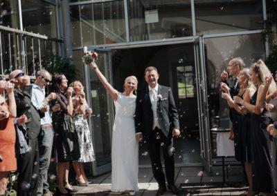 Seifenblasen nach Trauung, Brautpaar, Brautstrauß, Hochzeitsgäste, Voices And Music