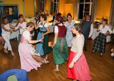 Partystimmung auf Tanzflaeche VOICES AND MUSIC