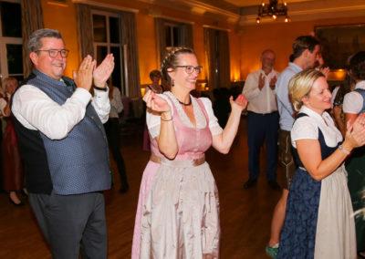 glückliches Brautpaar und begeisterte Gäste