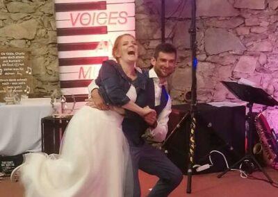 lustiges Brautpaar Hochzeitszeitsfeier Eröffnungstanz Livemusik Party u Tanzband Voices And Music