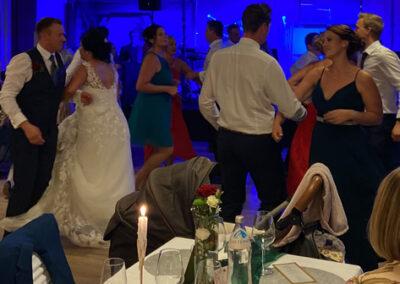 Tanzen, Brautpaar, volle Tanzflaeche, Partyband, Schlagzeug, spass